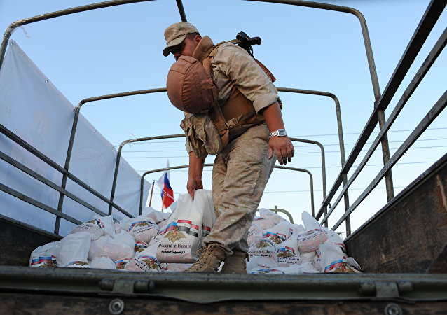 俄军队向武装分子占领近八年的叙利亚村庄送去人道主义援助物资