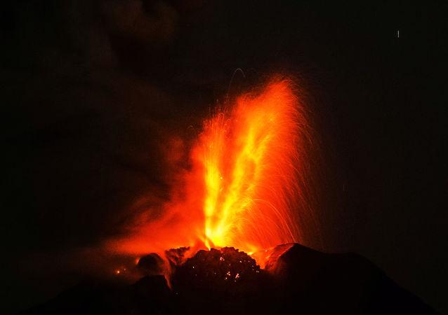 印尼的锡纳朋火山再次喷出火山灰