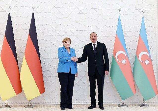 阿塞拜疆总统阿利耶夫在巴库会见德国总理默克尔
