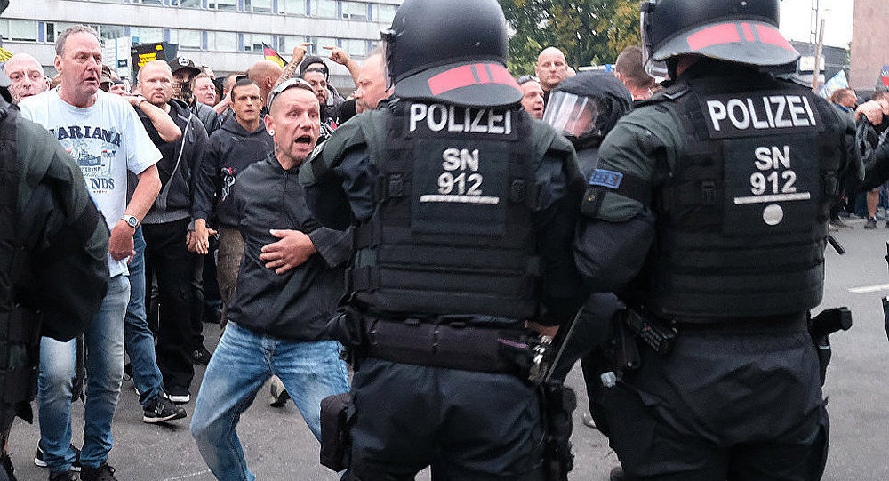 警察和抗议者 (开姆尼茨市)