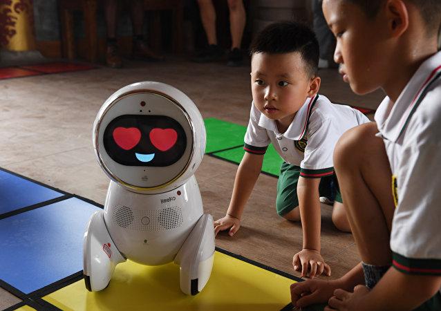 中国幼儿园出现了机器人老师