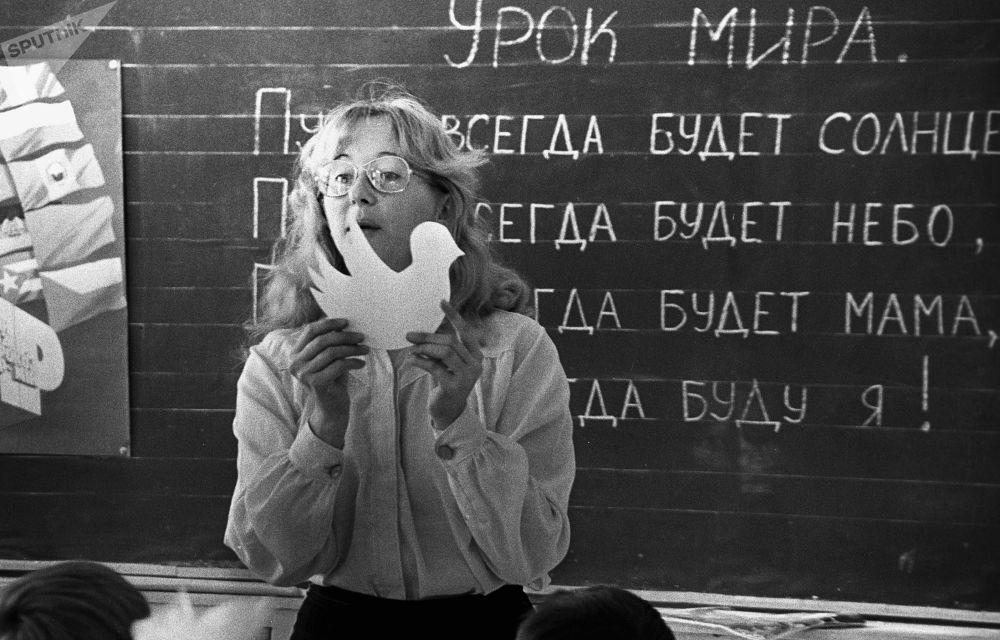 在伊尔库茨克第39中学的和平课程,1986年。