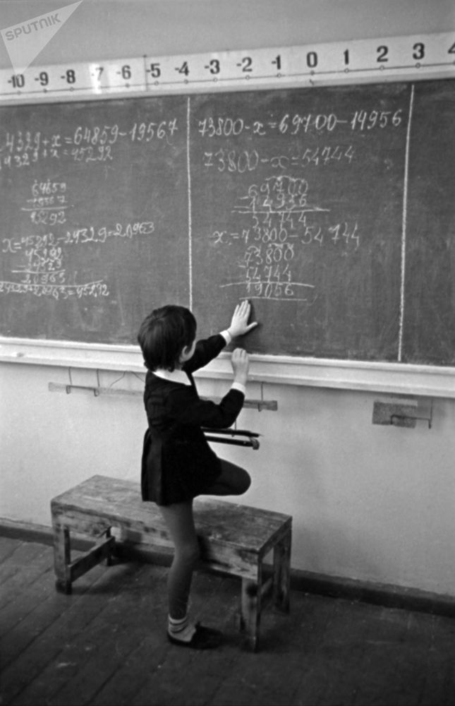 数学课上,一名一年级新生在黑板上解题