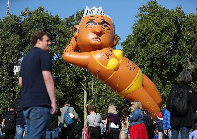伦敦市民放飞市长模样的大气球