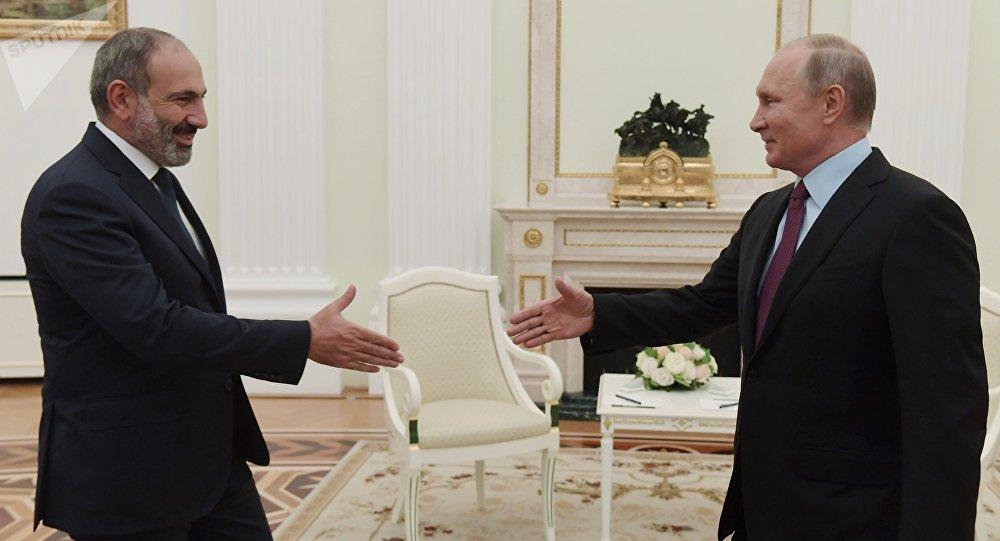 普京同亚美尼亚总理在独联体峰会期间简短交谈
