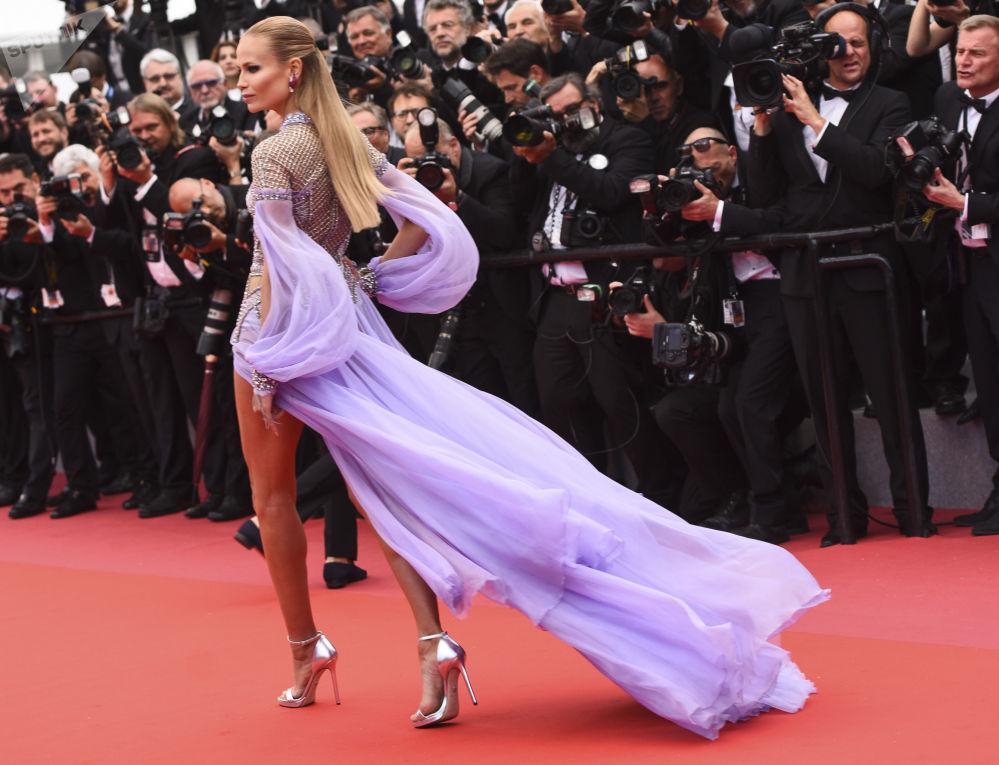 演员娜塔莎·波利在第71届戛纳电影节走红毯。