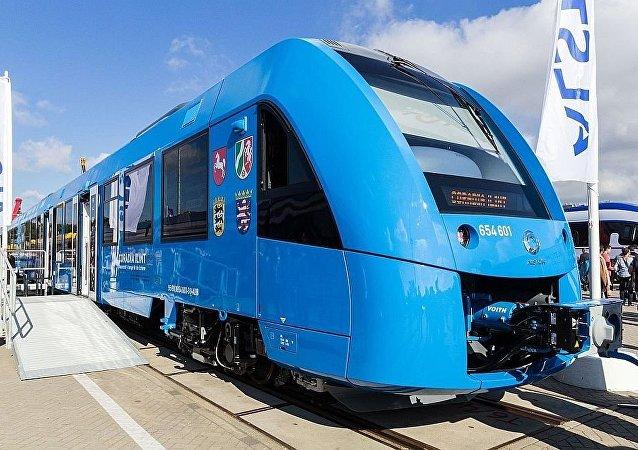 以氢燃料电池Coradia iLint驱动的火车