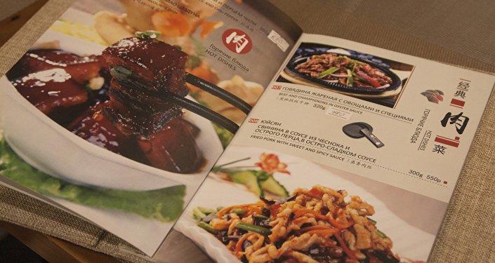 我们餐厅的菜系是要分为三种:一个是淮阳菜,一个是川菜,还有一个就是东北菜