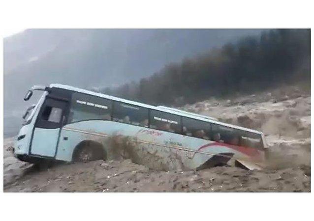喜马拉雅洪水泛滥一辆旅游巴士被洪流冲走