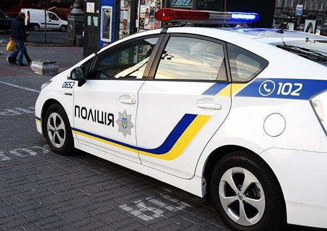 乌克兰一名女子刚在银行上班就监守自盗