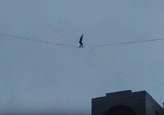 圣彼得堡一身份不明男子大风中行走于高楼间的电缆上
