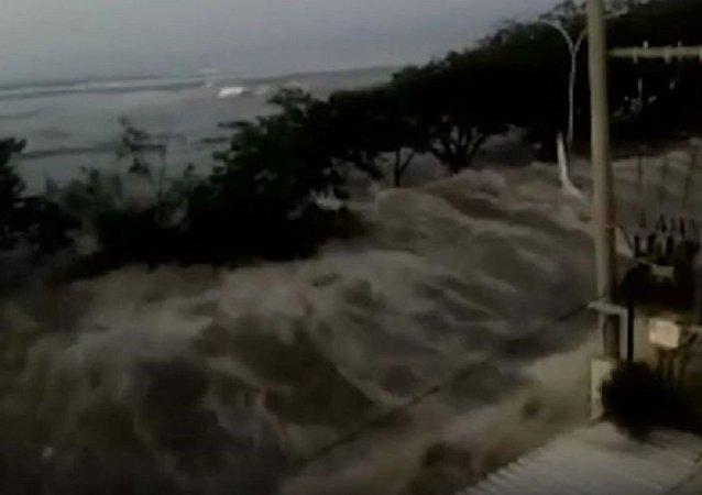 印尼地震后引发2米高的海啸