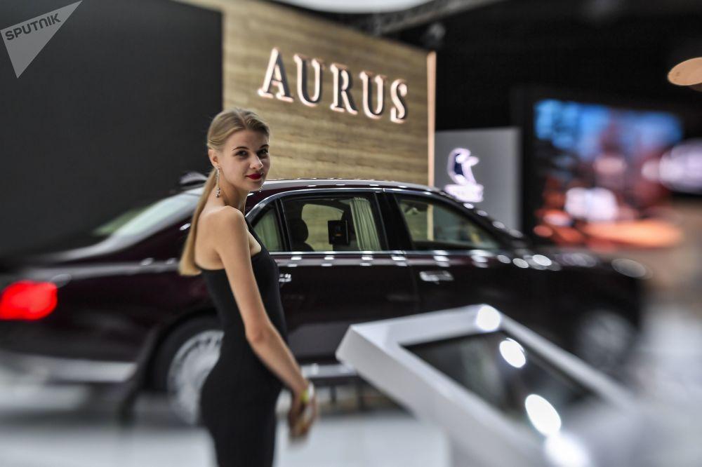 2018莫斯科国际汽车展览会上Aurus Senat豪车旁的女孩
