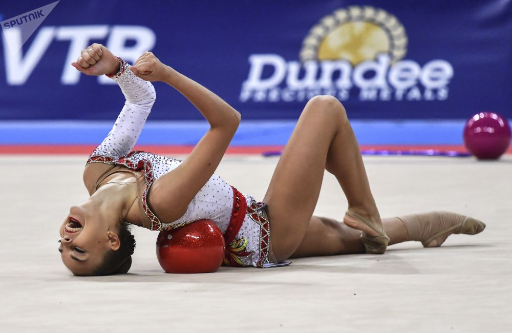 俄罗斯选手金娜·阿韦林娜在保加利亚首都索非亚举行的2018年世界艺术体操锦标赛球操比赛中