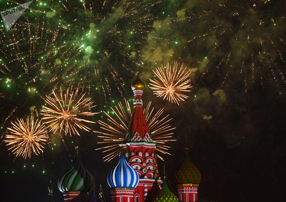"""第11届俄罗斯 """"救世主塔楼""""国际军乐节闭幕式上的烟花"""