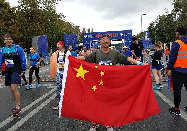 李小白在俄罗斯全马赛场上展示中国国旗