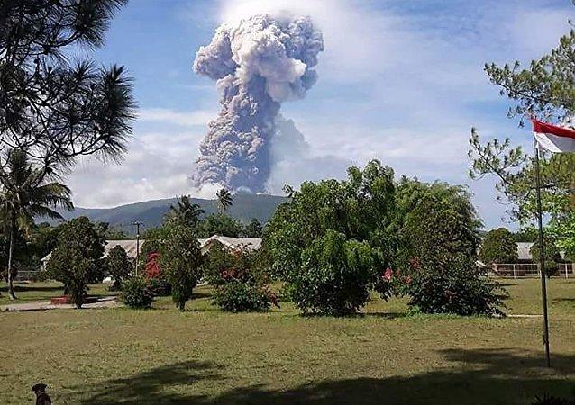 印尼苏拉威西岛火山爆发 灰烬喷至4千米高