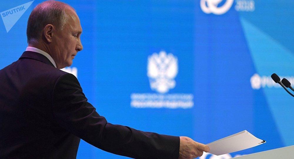 """俄罗斯总统普京在""""俄罗斯能源周""""国际论坛全体会议上"""