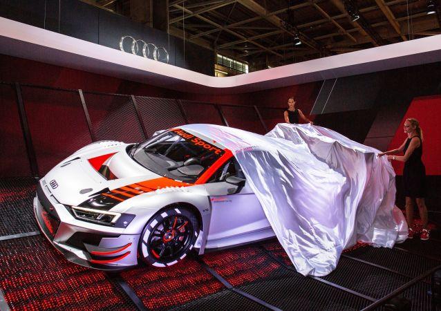 新款奥迪运动车型亮相巴黎车展开幕式