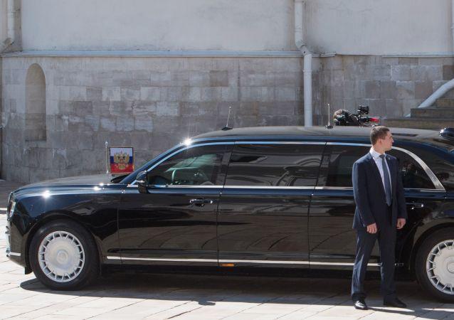 普京和塞西乘坐新品牌汽车Aurus