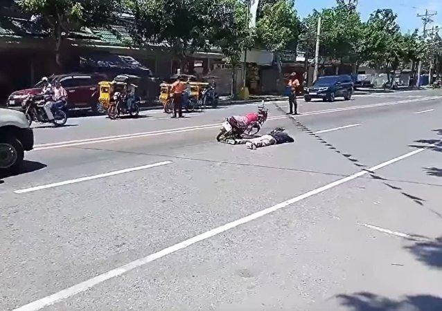 菲律宾一士兵装死向女友求婚