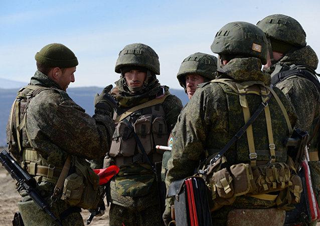 俄南部军区摩托化步兵在突击检查中确保了对别斯兰机场的环形防御