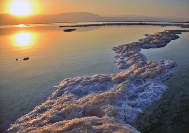 科学家解开死海盐落如雨之谜