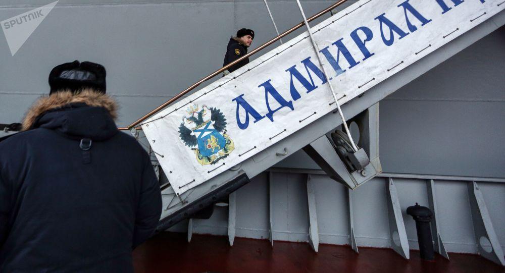 """坠落在""""库兹涅佐夫海军上将""""号航母甲板上的起重机将在新年前被清理"""