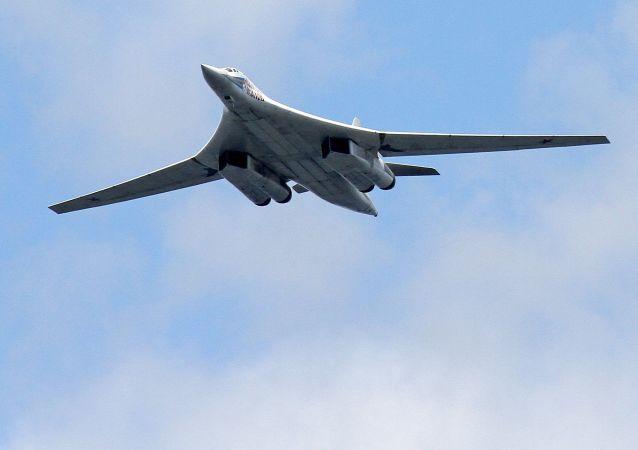 俄图-160轰炸机在巴伦支海和挪威海公海海域上空执行例行飞行任务