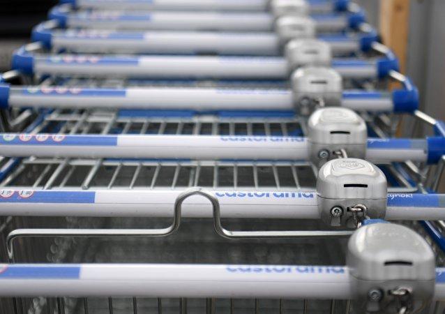 """一位退休人士靠超市的购物车每月""""赚""""600欧元"""