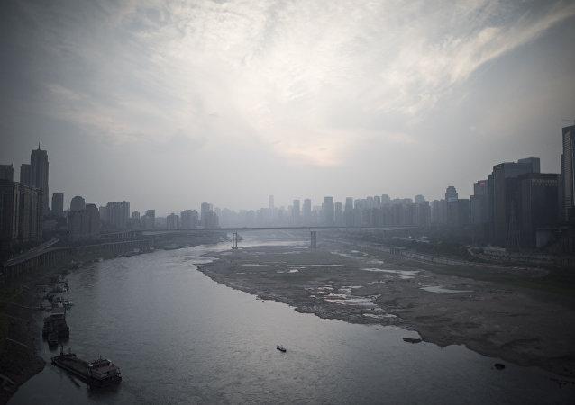英国驻重庆候任总领事在景区救起落水女大学生