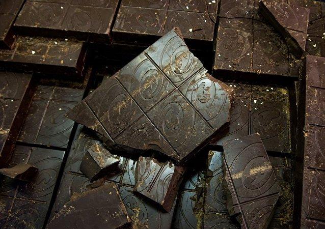 德国工厂发生泄漏 近1吨巧克力铺满街头