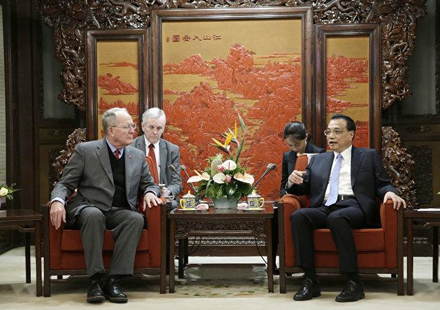 美国参议员拉马尔∙亚历山大在北京与中国国务院总理李克强会面时