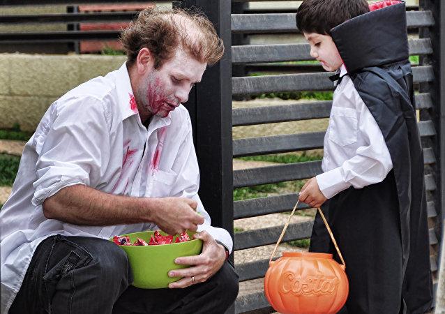 美国万圣节上的一个孩子被请吃了含有毒品的糖果
