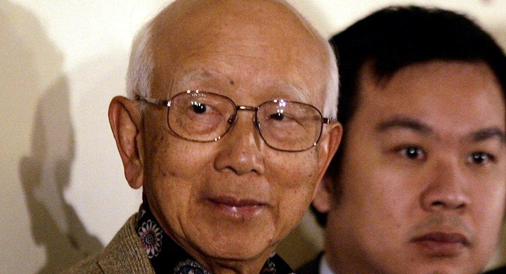 传奇的香港电影制片人邹文怀先生(左边)