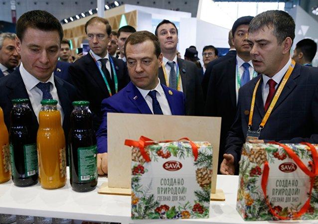 俄总理梅德韦杰夫参观进博会俄农产品展位