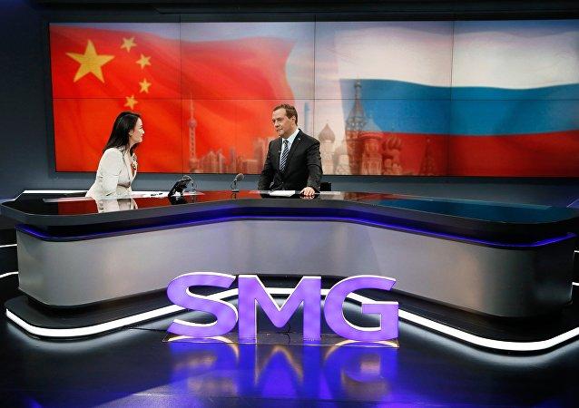 梅德韦杰夫5日在上海东方传媒集团的演播室出席了在线