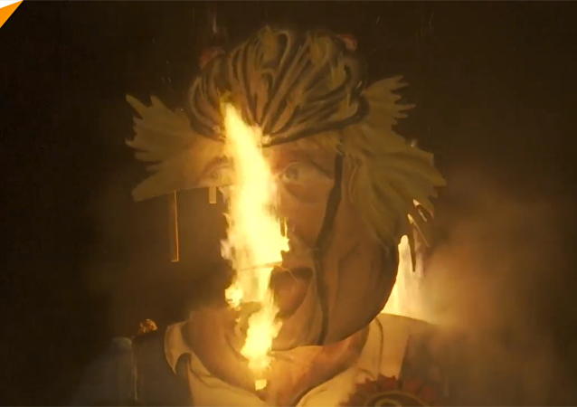 英国人焚烧了鲍里斯·约翰逊的人偶