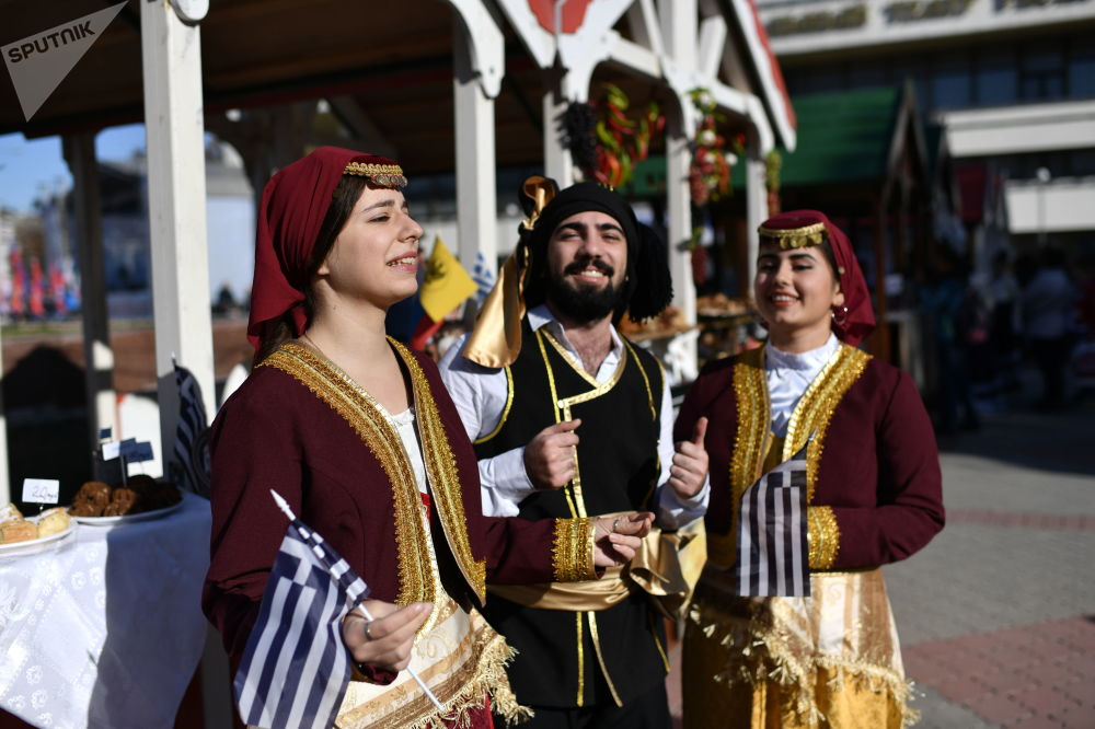 辛菲罗波尔身穿民族服装庆祝俄罗斯人民团结日的艺术家