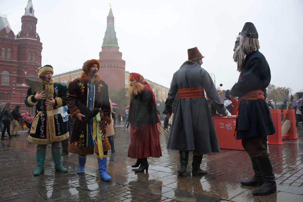 莫斯科马涅什广场上庆祝俄罗斯人民团结日的人群