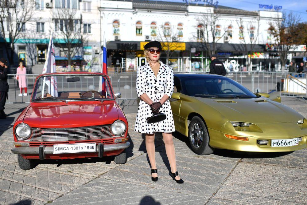 辛菲罗波尔市广场上庆祝俄罗斯人民团结日的复古车展