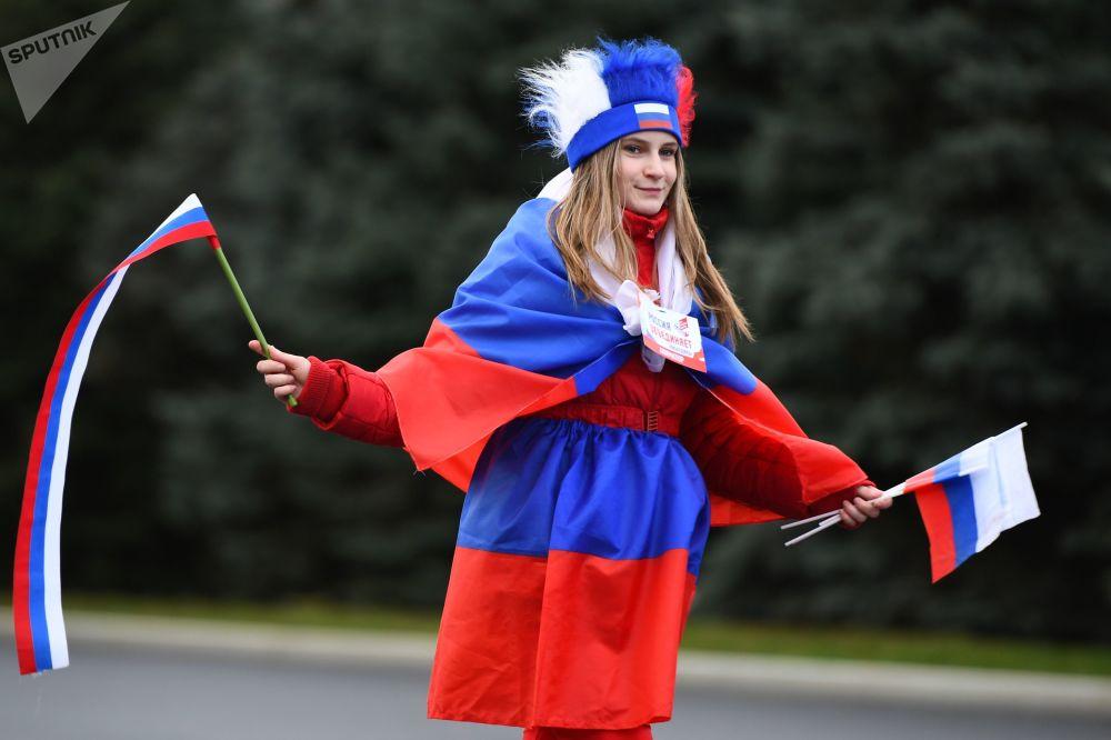 俄罗斯人民团结日当天动画人物在莫斯科分发旗帜