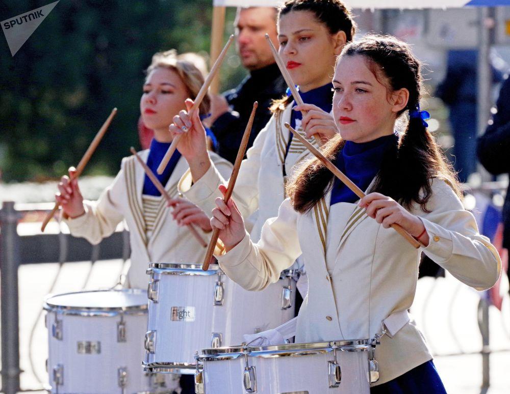 塞瓦斯托波尔参加庆祝俄罗斯人民团结日节日游行的人群