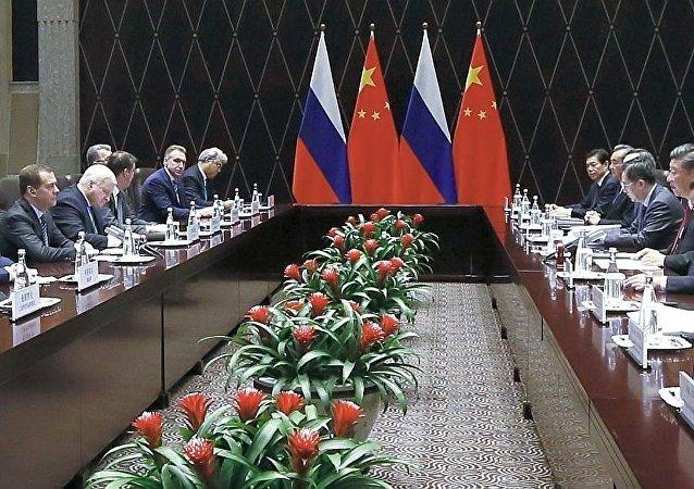 中国国家主席习近平11月5日在上海会见俄罗斯总理梅德韦杰夫