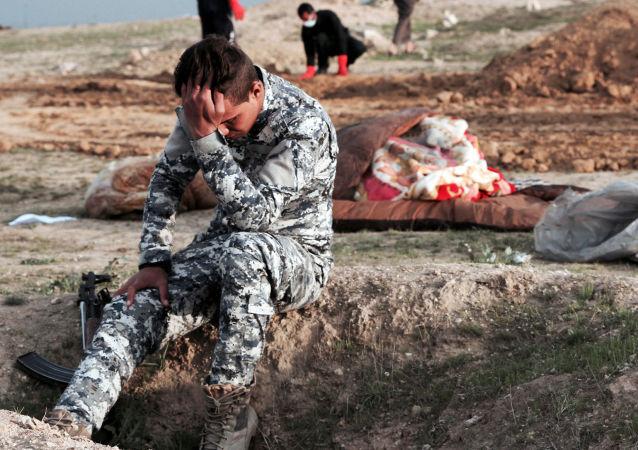 伊拉克安全部队在伊西部发现受害于伊斯兰国武装分子的死者坟场