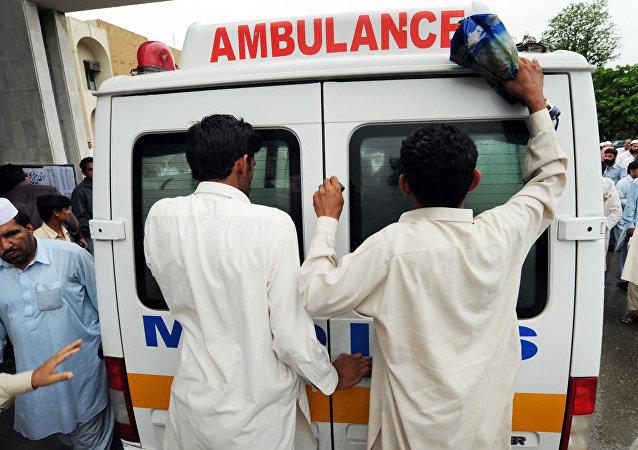 巴基斯坦一辆汽车因大桥垮塌坠河致24人遇难