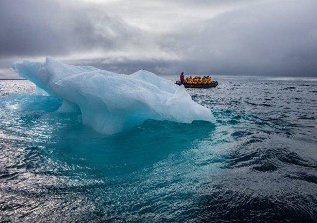 深蓝碧绿的冰山