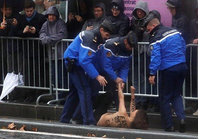 费曼运动积极分子在巴黎拦截特朗普的车队