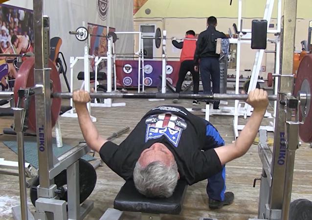 俄退休老人获世界举重冠军