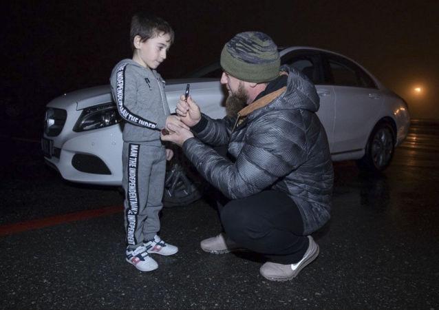 卡德罗夫赠送给做4000多次俯卧撑的5岁男孩一辆奔驰车